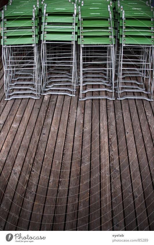 Spät bestuhlt Tanzfläche Biergarten Gartenrestaurant Rastplatz Saisonende Sitzgelegenheit Saisonbeginn Stuhl grün Holz Schiffsplanken Holzbrett Sommer Herbst