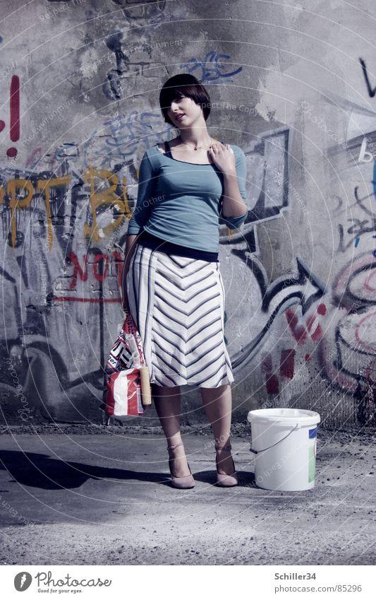 ANNA GEHT STREICHEN Ganzkörperaufnahme Graffiti Frau frisch retro Haare & Frisuren Stil beweglich Top Streifen Hand Denken Porträt Wand Mauer Hiphop Eimer