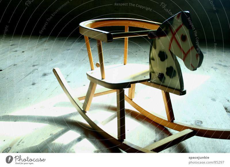 Schaukelpferd Einsamkeit dunkel Holz Traurigkeit Kindheit liegen Pferd Trauer Spielzeug Verzweiflung verloren vergessen Reitsport scheckig rustikal