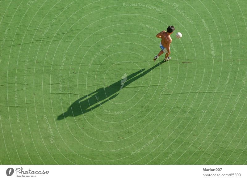 Afterwork Soccer grün Einsamkeit Nachmittag Vogelperspektive Fußballer Fußballplatz Sport Spielen Schatten Rasen