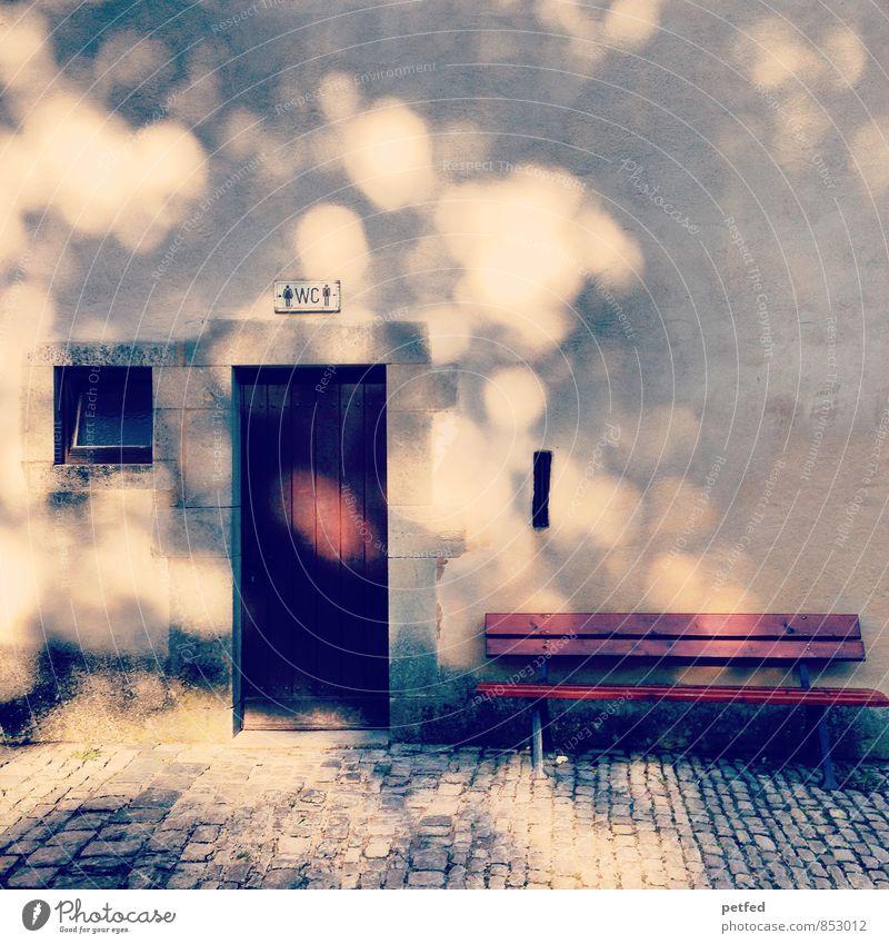 Häusliche Ansichten VI alt Erholung Haus Fenster gelb Wand Mauer Holz Stein braun Fassade Tür Schilder & Markierungen Glas Bank Kopfsteinpflaster