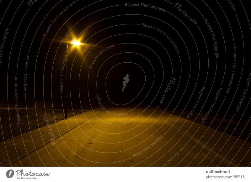 end of the road Nacht schwarz Einsamkeit Bürgersteig pflastern Kunstlicht Asphalt Straßenbeleuchtung stoppen Unendlichkeit ungewiss Sackgasse Verkehrswege