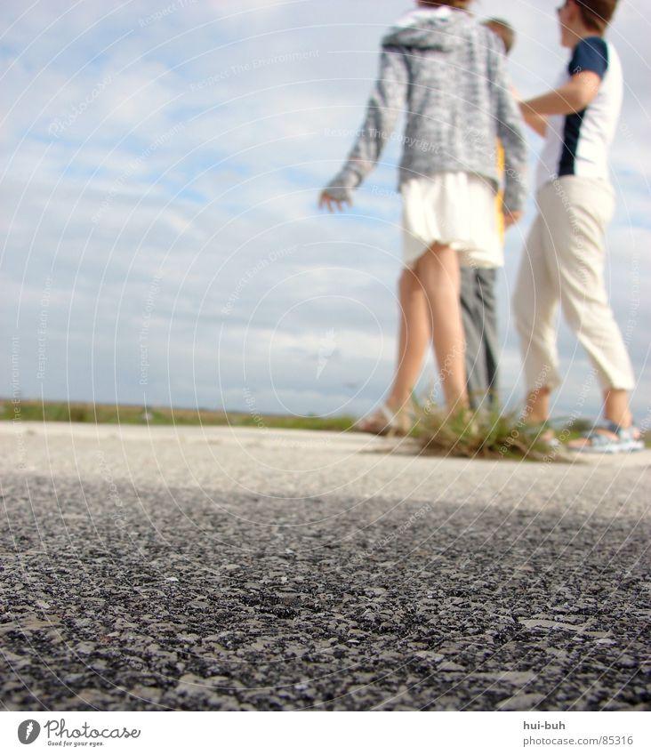 Alles läuft Mensch Himmel Einsamkeit Gras Bewegung Wege & Pfade Menschengruppe Beine Mode Schuhe Freizeit & Hobby gehen laufen wandern Geschwindigkeit stehen