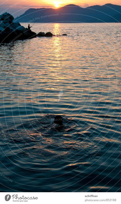 Nightswimming Mensch 2 Landschaft Sonne Sonnenaufgang Sonnenuntergang Sonnenlicht Hügel Felsen Berge u. Gebirge Wellen Küste Bucht Meer Schwimmen & Baden Angeln