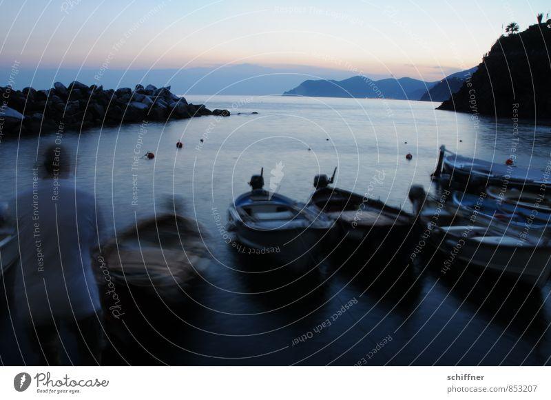 Ausparken Mensch Meer Landschaft dunkel Berge u. Gebirge Küste Wasserfahrzeug Felsen Schönes Wetter Italien Bucht Hafen Schifffahrt Fischerboot Bootsfahrt