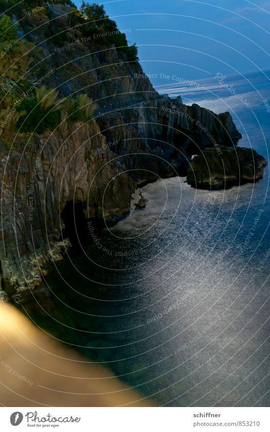Nachtrausch Landschaft Nachthimmel Horizont Felsen Wellen Küste Bucht Meer außergewöhnlich dunkel schön blau schwarz Mondschein Lichterscheinung Lichtschein