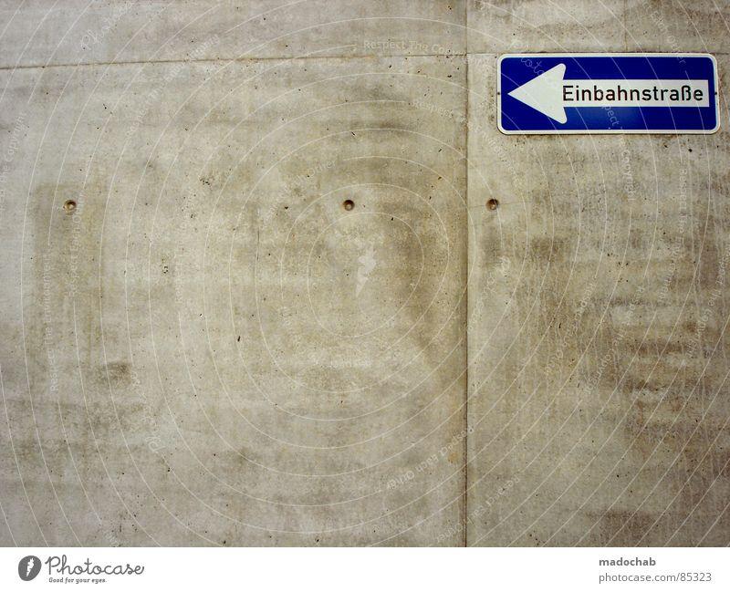 DER NÄCHSTE BITTE Einbahnstraße Verkehr Anordnung Zeichen Zuordnungsdefinition Hinweis Belegstelle Empfehlung Bodenbearbeitung Erde Straßenbelag Bodenbelag