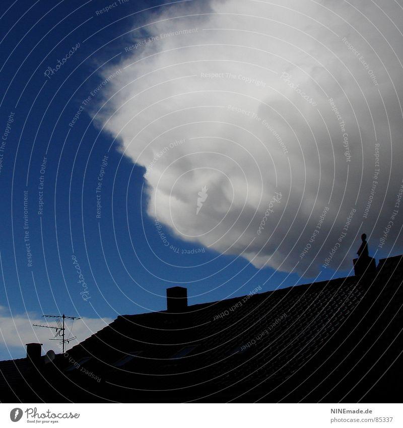 bedrohlicher Wattebausch II Himmel schwarz Wolken grau Regen gefährlich Dach weich Quadrat Handwerk Gewitter Unwetter Schornstein Antenne Rechteck