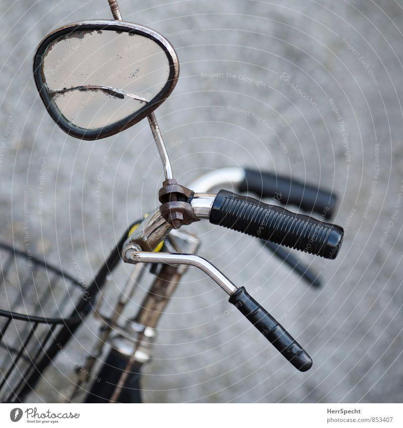 Seitenspiegel Fahrrad Spiegel Glas Metall alt kaputt grau schwarz Fahrradfahren Fahrradbremse Fahrradlenker Rückspiegel verdreht gebrochen Riss Rost Farbfoto