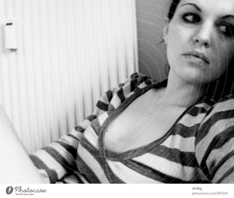 I WANT TO GO TO RIU schwarz Streifen verträumt Frau white black Einsamkeit Heizkörper alone lonely dekoltee