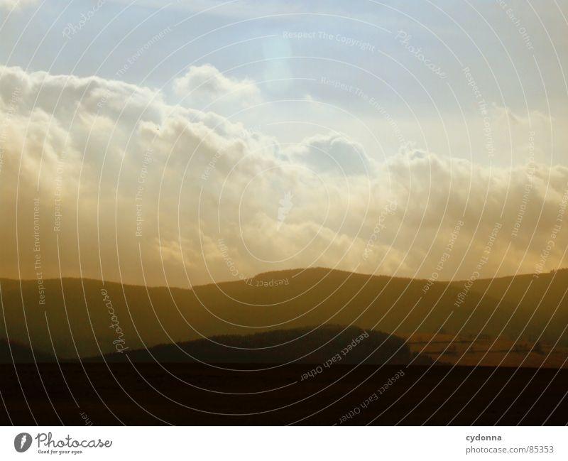 Berg und Tal intensiv Licht blenden Färbung Lichtbrechung aufwachen Himmel wahrnehmen schön Gefühle Feld Landwirtschaft Wolken Wiese Silhouette Erholung Ferne