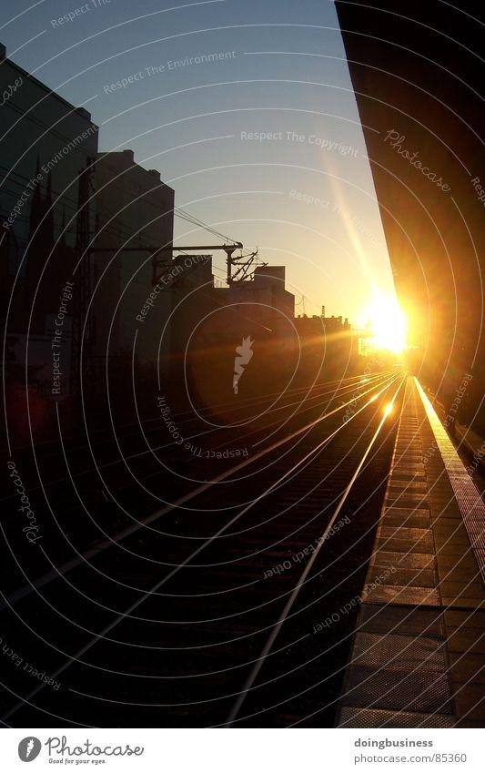Sonnenuntergang in Berlin Himmel Ferne Architektur Eisenbahn Perspektive Elektrizität Bahnhof Meinung Abenddämmerung parallel