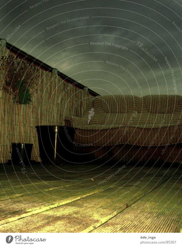 obdachlos Sofa Terrasse Dach dunkel Kübel Eimer Parkett dreckig Sitzgelegenheit ungemütlich Wetter Blumentopf Froschperspektive Holz Furche anlehnen unbequem