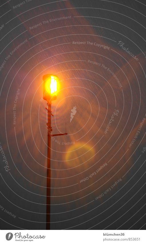 kost.bar | Sturmwarnung Lampe Laterne Laternenpfahl Licht Lichtstrahl leuchten orange Sturmfront Regen Unwetter Unwetterwarnung Warnung Warnhinweis Warnsignal