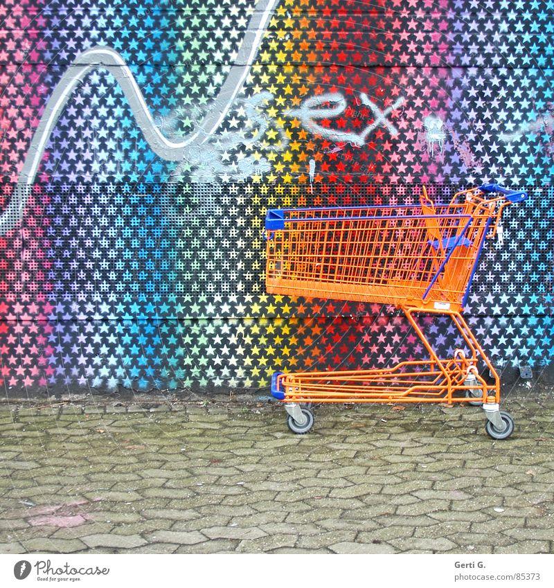 praktisch, quadratisch, SEXy Stadt Wand Graffiti Kunst orange Fassade Schriftzeichen Stern (Symbol) Bürgersteig Haushalt vergessen bemalt Einkaufswagen Tagger Kritzelei Serviertisch