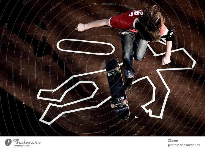 TATORT -FLIP II Mensch Tod Sport oben Holz springen Stil hoch liegen Aktion Bodenbelag Jeanshose Skateboarding Holzbrett gestreift lässig