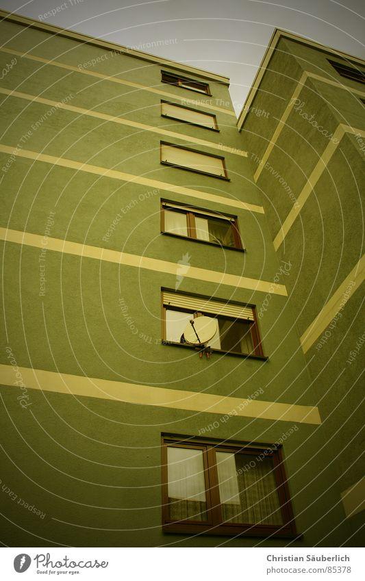 Die Schüssel am Fenster Stadt Fenster Glas Hochhaus Streifen Wohnhochhaus Fensterscheibe Plattenbau Stadtteil Fensterbrett Rollladen Fenstersims Haus