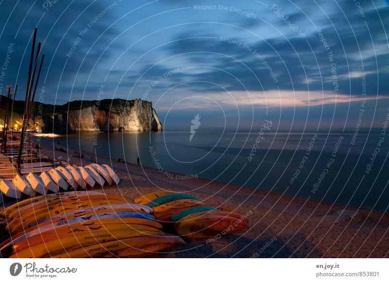 Nachtlicht Ferien & Urlaub & Reisen Tourismus Sommerurlaub Strand Meer Nachthimmel Horizont Felsen Küste Kanu Kajak blau orange Fernweh Ferne Frankreich