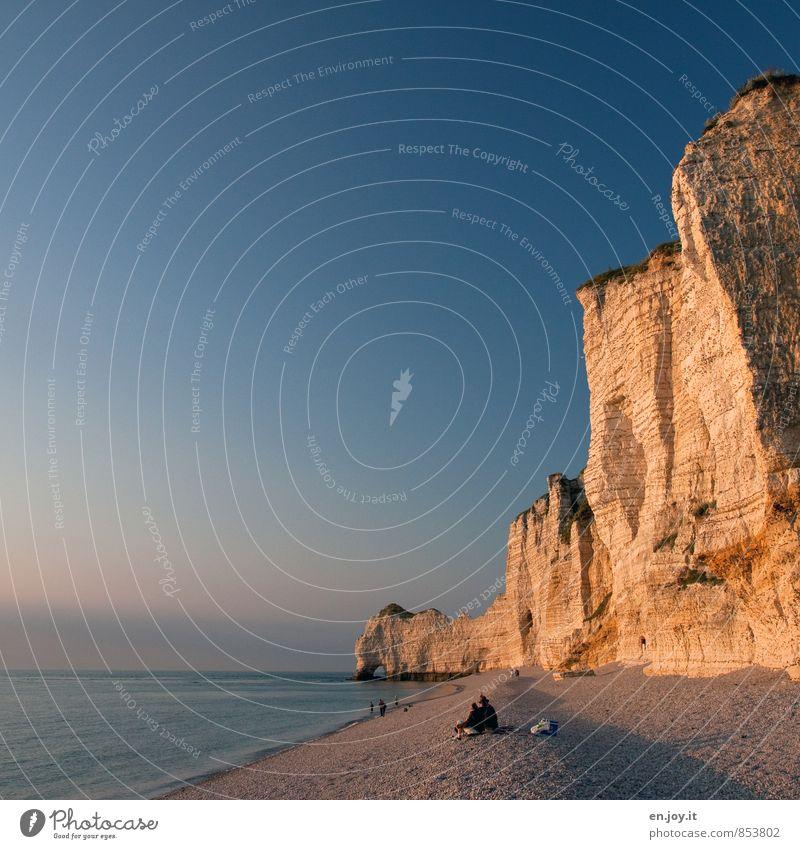 steile Küste Mensch Ferien & Urlaub & Reisen blau Sommer Meer Strand gelb Felsen Horizont Paar Tourismus Klima hoch Abenteuer Romantik