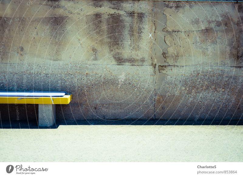 Gut gesessen II Stil Shabby schick Fischerdorf Menschenleer Mauer Wand Fassade Stein Beton gelb grau Spanien Hafen Provinz Bank Polster Warnfarbe Mauerstein