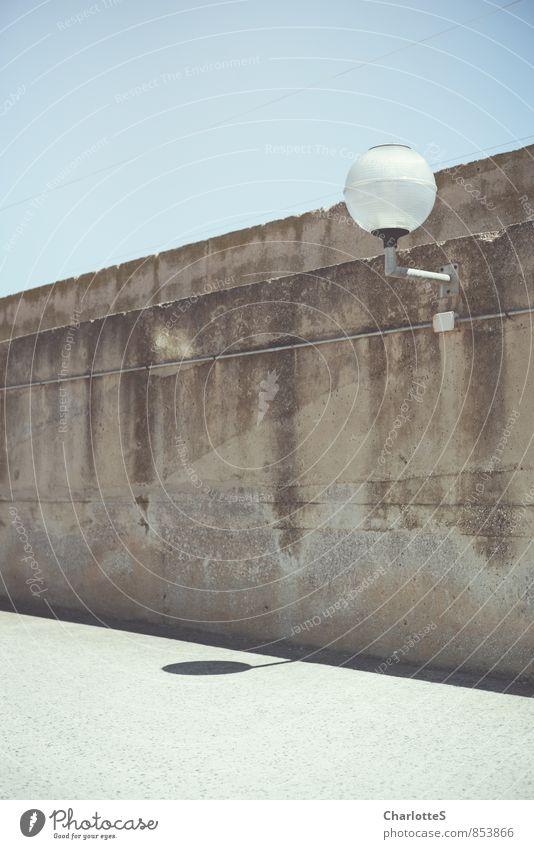 Zwei Kugeln alt Einsamkeit kalt Wand Mauer Stein Lampe Zusammensein Fassade authentisch Beton Schönes Wetter einfach Seil Spanien Asphalt