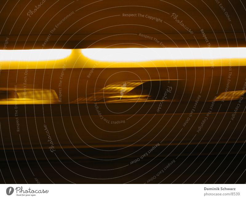 Mach 3 Autobahn Geschwindigkeit Tunnel Unschärfe Verkehr Licht PKW Fahrzeuge Bewegung