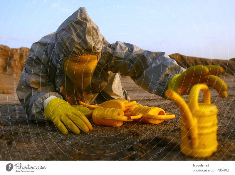 grau™ - artefakte gefunden gelb grau-gelb Anzug rot Gummi Kunst dumm sinnlos ungefährlich verrückt lustig Freude Schwerelosigkeit Planet Kannen Gießkanne