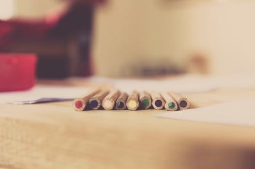 buntstifte Kind Schule Wohnung Lifestyle Häusliches Leben Büro Kindheit lernen Papier Bildung schreiben zeichnen Kleinkind Schüler Kindergarten Schreibstift