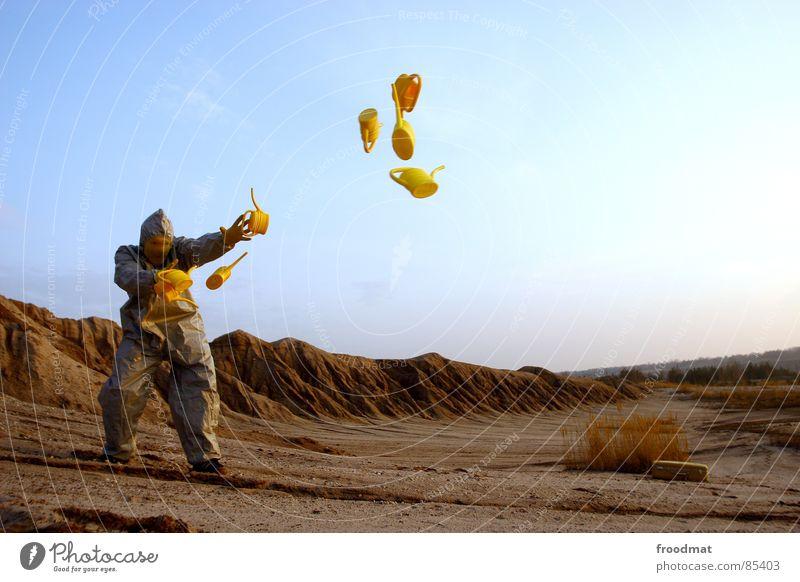 grau™ - fliegende kannen gelb grau-gelb Anzug rot Gummi Kunst dumm sinnlos ungefährlich verrückt lustig Freude Schwerelosigkeit Planet Kannen Gießkanne springen