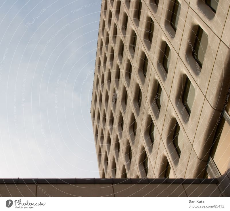 Mittags-Gericht schön Himmel ruhig Fenster grau dreckig Beton Fassade verrückt Perspektive modern rund Dach fallen Reinigen diagonal