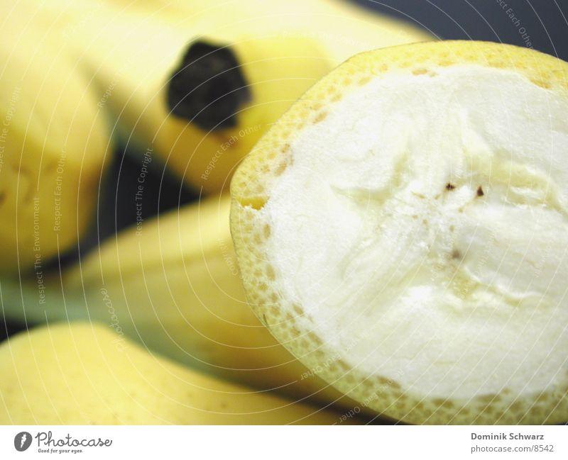 Mehrere ganzen Banen gruppieren sich um eine Halbe Banane süß lecker Lebensmittel gelb geschnitten quer Teilung Hälfte Pflanze Gesundheit Frucht Staune