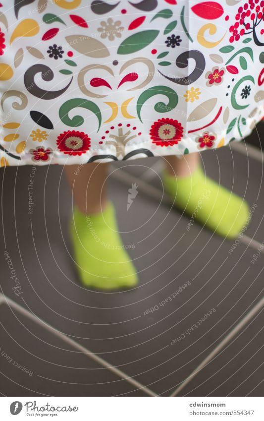 Verstecken spielen Mensch Kind grün Farbe weiß rot Freude gelb Junge natürlich Spielen grau Fuß maskulin wild Design