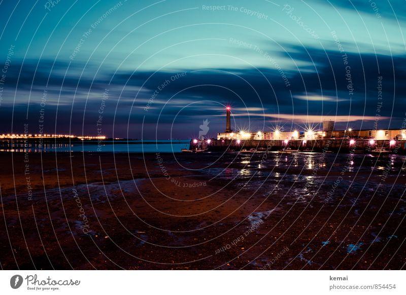 Ebbe im Hafen Himmel blau Stadt Wolken dunkel glänzend leer Turm Straßenbeleuchtung Laterne Bauwerk türkis Leuchtturm Nachthimmel Hafenstadt