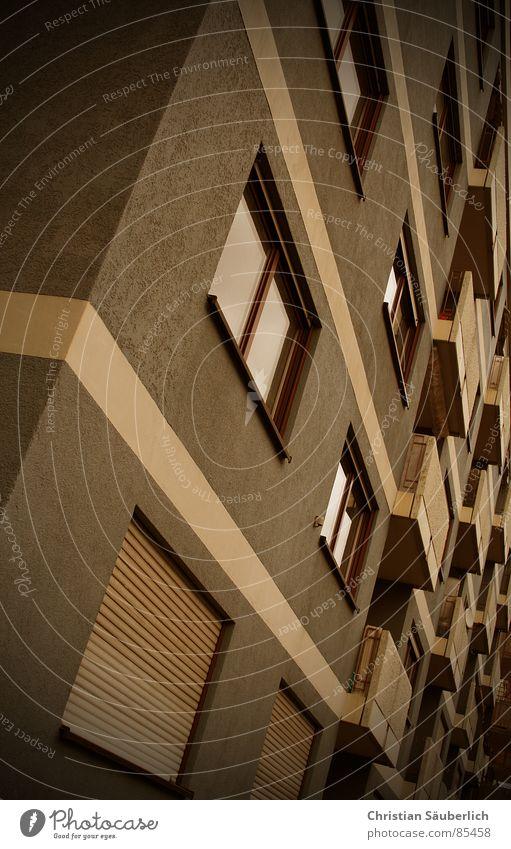 Auf kleinstem Raum....... Haus Fenster Gebäude Hochhaus Streifen Balkon Fensterscheibe Miete Plattenbau Stadthaus Jalousie Fensterladen Fensterbrett Rollo