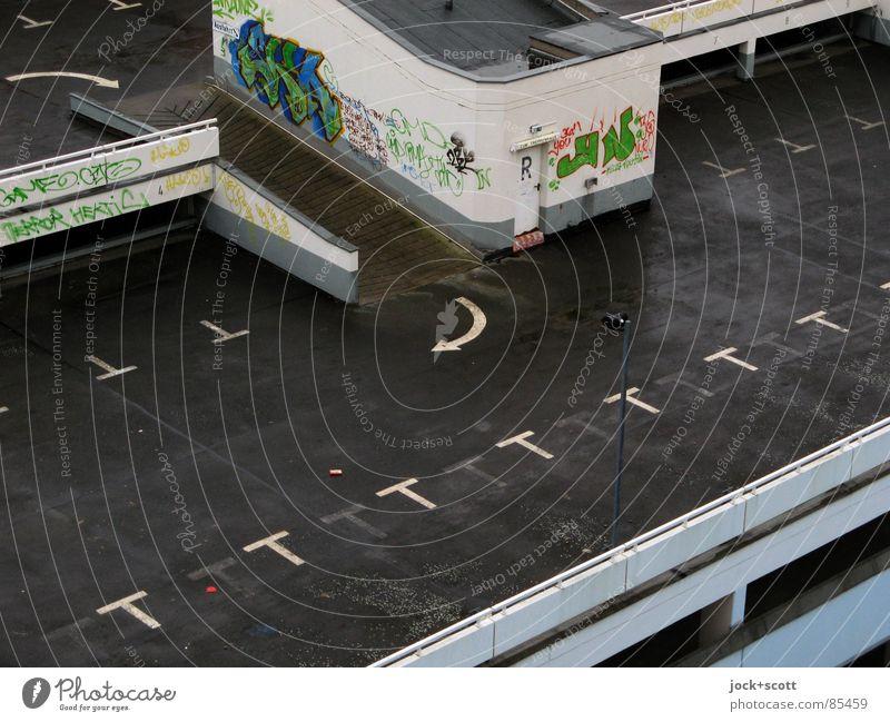verwaiste Stellflächen auf Parkhaus Verkehrswege Wege & Pfade Zeichen Graffiti Pfeil drehen hoch modern trist schwarz Einsamkeit Hochgarage Rampe Asphalt
