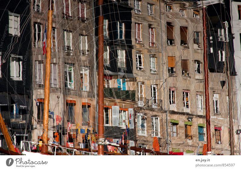 umgedreht Ferien & Urlaub & Reisen Stadt Wasser Haus Fenster Wand Mauer Fassade Hafen Fahne malerisch Irritation Frankreich Etage Altstadt Mast