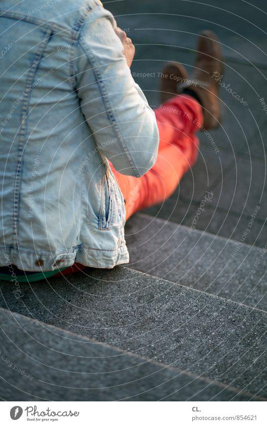 sitzen Lifestyle Mensch maskulin Junger Mann Jugendliche Erwachsene Leben 1 18-30 Jahre Treppe Mode Bekleidung Jeanshose Jacke Jeansjacke Schuhe Erholung