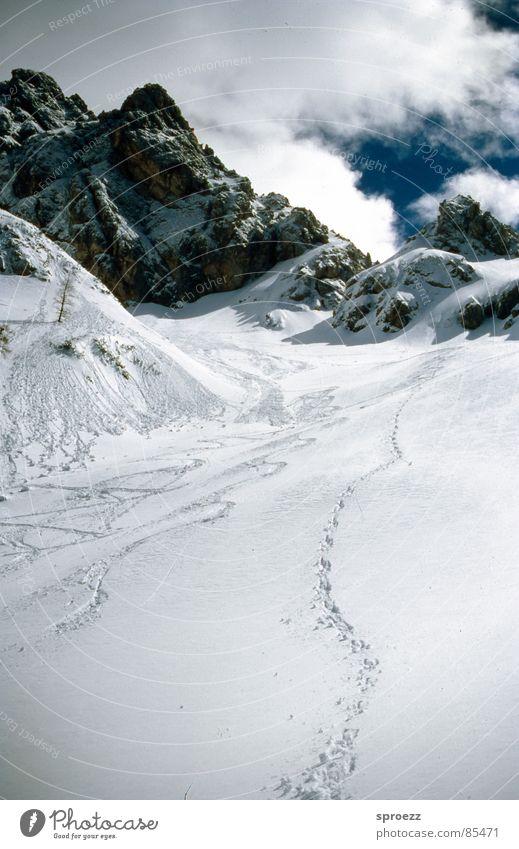 Spuren im Schnee Ferien & Urlaub & Reisen Wolken Berge u. Gebirge Fuß gehen Skier Bergkette Kamm
