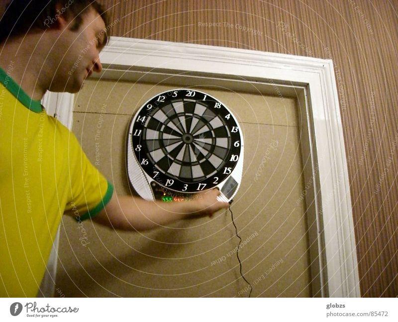 Schaltkreis Mensch Jugendliche grün Freude Erwachsene gelb Wand Spielen Gefühle grau Bewegung Linie braun Zufriedenheit Freizeit & Hobby maskulin