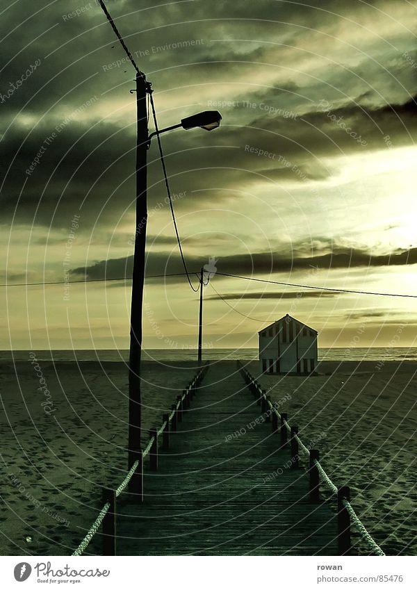 zum meer Hütte schlechtes Wetter grün gelb Meer Laterne Holz klein Steg Fußgänger Sonnenuntergang Licht Haus gestreift Strandhaus rot Streifen Holzhaus Kabel