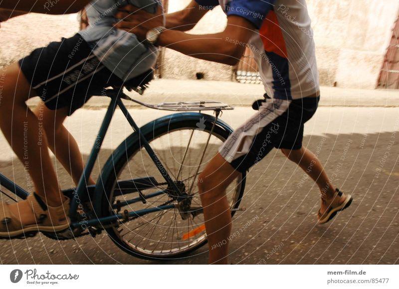 kinderspiele Freude Spielen gehen Fahrrad Freizeit & Hobby Laufsport fahren rennen Fahrradfahren Kinderspiel flüchten