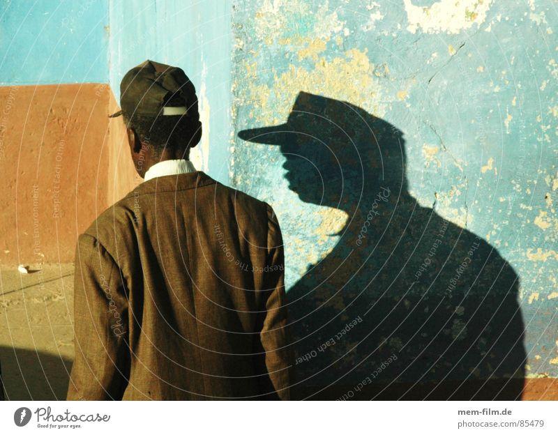 Doppelgänger Mann Wand Mauer Rücken beobachten Dienstleistungsgewerbe Mütze Kuba Schattenspiel Magen verfolgen verdunkeln Verfolgung Portier Baseballmütze