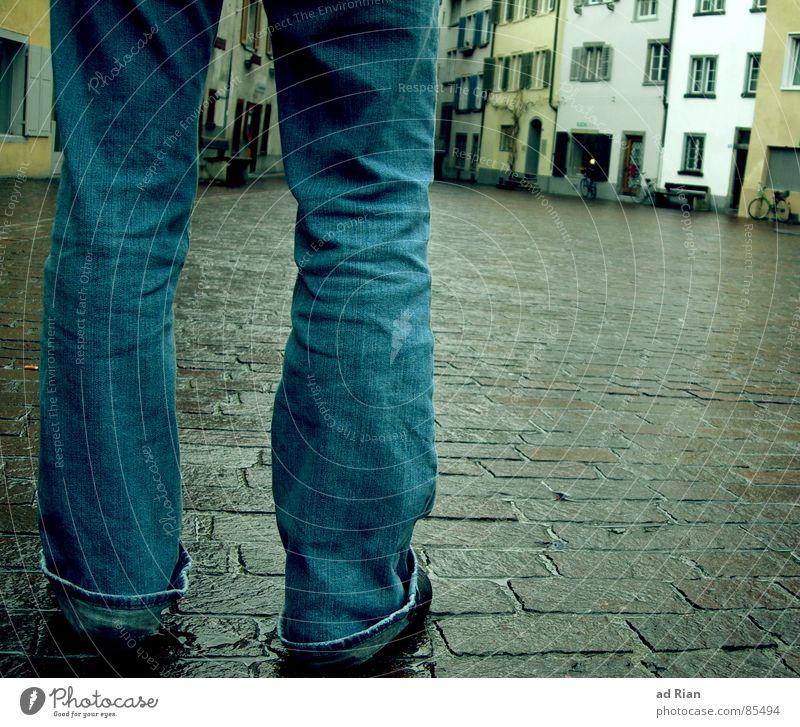i'm still standing Haus Beine Regen Verkehrswege Straße Wege & Pfade Jeanshose Schuhe gehen stehen Traurigkeit kalt nass Einsamkeit Abschied Ankunft Suche