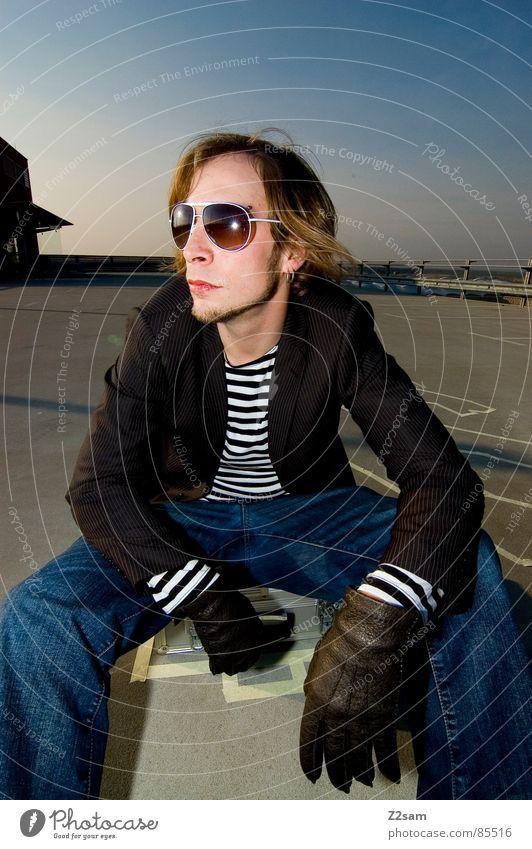 TATORT - parkdeck Mann Stil sitzen Koffer Sonnenbrille lässig Handschuhe Kriminalität gestreift Mafia Tatort Gangsta Rap