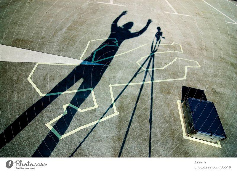 TATORT - shadow Stativ Mann stehen Tatort Hand Koffer kreuzen Freude Schatten Mensch Schilder & Markierungen Pfeil Fotokamera oben geldkoffer gelübergabe