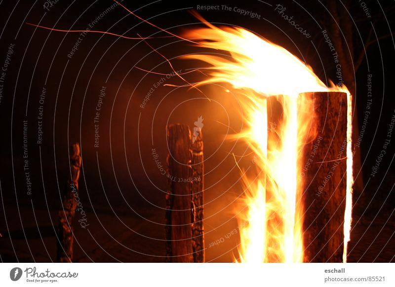 Burn for you Farbfoto Außenaufnahme Textfreiraum links Nacht Kontrast Low Key Feuer Wind Wärme fliegen heiß Romantik brennen glühend Physik anzünden Rascheln