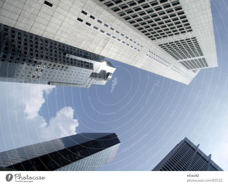 Beneath Rising Giants Stadt Haus Hochhaus modern Niveau Stadtzentrum Blauer Himmel Singapore Business District