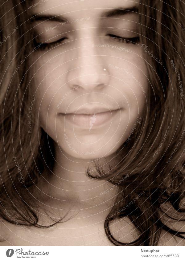 Spiegelbild Porträt ruhig geschlossene Augen Selbstportrait Gelassenheit Innere Kraft Ruhe bewahren Frieden Frau im Spiegel Energiewirtschaft geistigkeit Blick