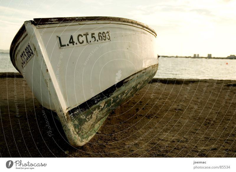 el barquito Wasserfahrzeug Meer Sommer Oberkörper Fischerboot Schatten resignieren Einsamkeit Sanieren Beschichtung Farbschicht Abend Strand Küste Sonne Himmel