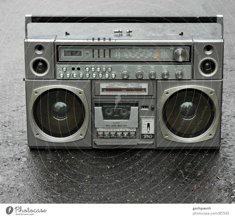Oldschool – I pod // one schwarz Straße Stil Musik grau Metall glänzend nass trist Güterverkehr & Logistik stehen trashig Lautsprecher Mobilität feucht
